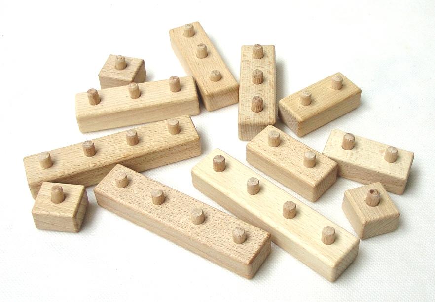 _vyrp14_22Drevene-kostky-lego-na-staveni